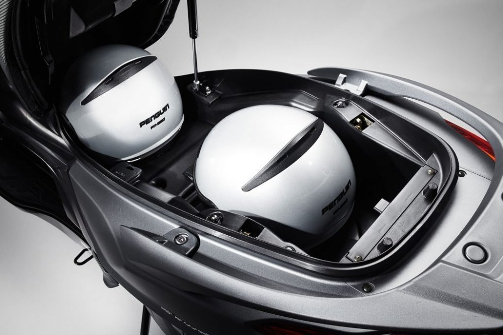 new-downtown350-euro4-euro-4-motorscooter-motor-kymco-tensen-tweewielers-westland-naaldwijk-scooter-scooter-brommer-brommers-display-dashboard-left-helm-helmbak
